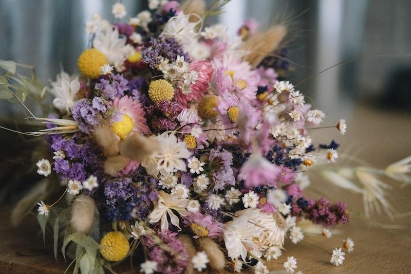 ramo de flores secas dejadas en la mesa