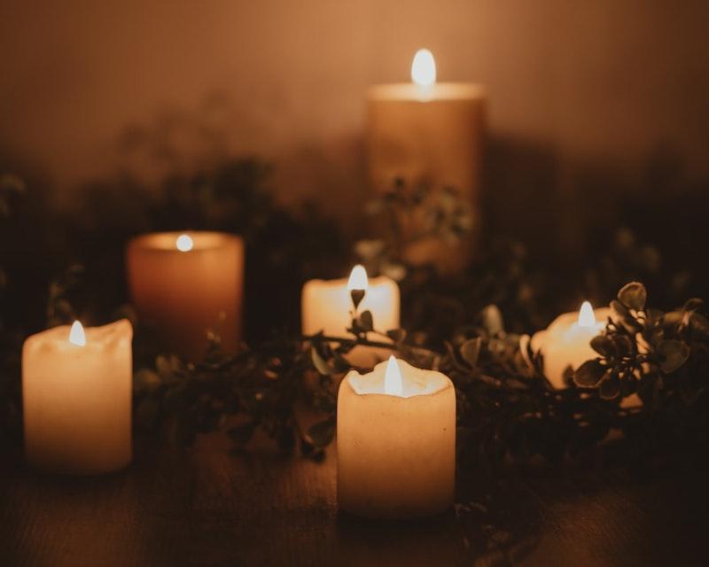 velas encendidas en frascos de vidrio