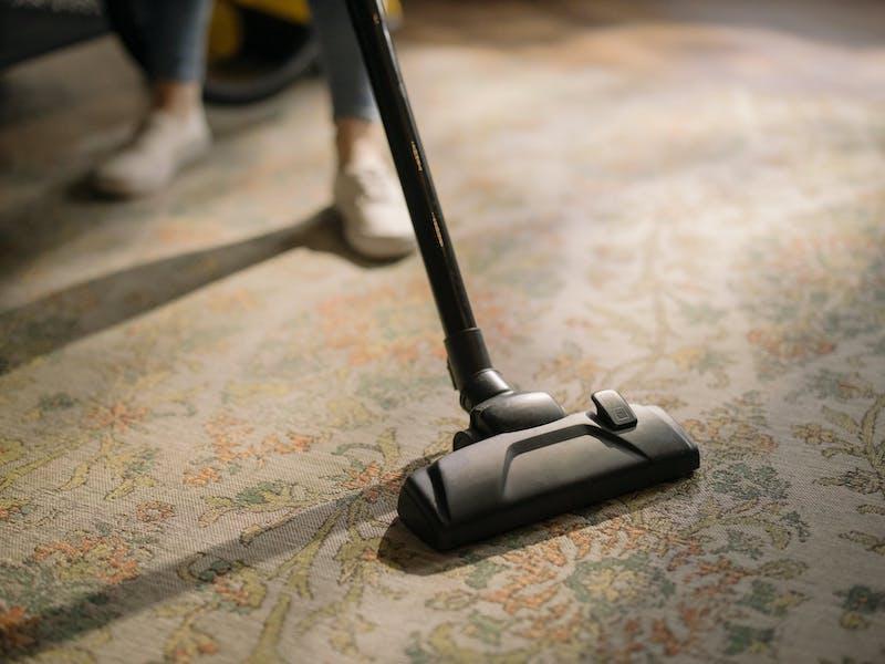 aspiradora que limpia alfombra estampada