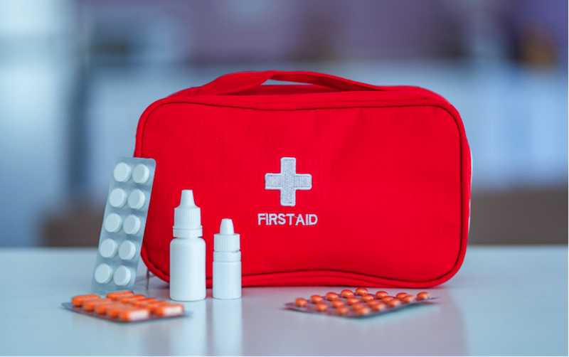 bolsa roja de primeros auxilios que