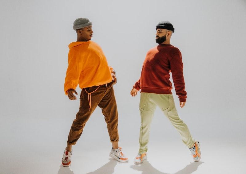 dos hombres vestidos con ropa colorida tendencias 2021