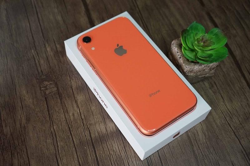 iphone xr en color naranja dejado en un escritorio