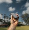 teléfono disparo en el fondo de nubes palmeras árboles