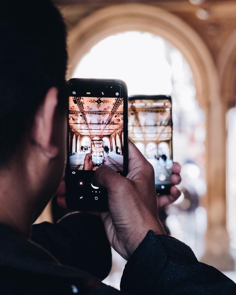 teléfono que toma una foto hombre toma una foto