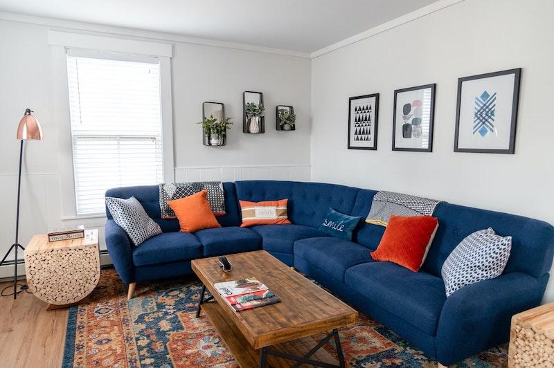 pequeño sofá de esquina en azul oscuro para sala de estar pequeña