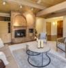 sala de estar moderna en colores cálidos alfombra en gris